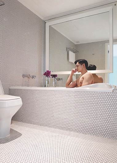 Bathtub-Goals-in-Instagram-Friendly-for-Gay-Travelers-Silom-Bangkok